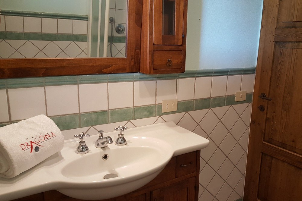 bagno con doccia- Appartamento Botticelli-La Dragona